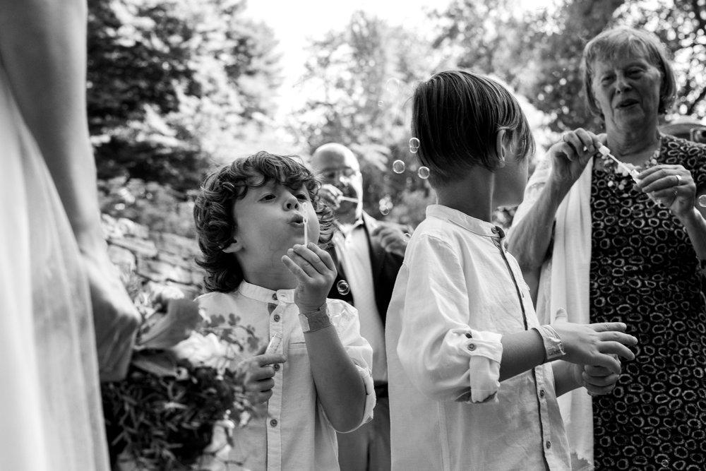 Såpbubblor kan också vara ett roligt allternativ, särskilt för de yngre gästerna!