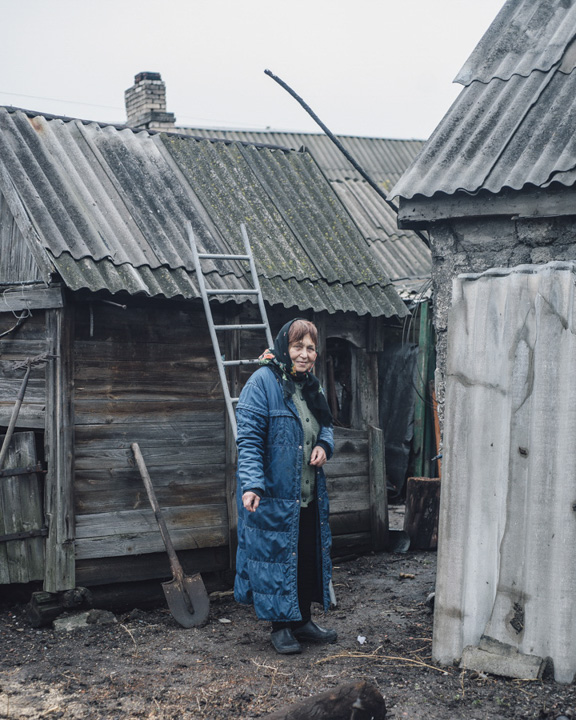 Neliya from Mariinka, - Mariinka is a split city; one half is controlled by Ukrainians and the other by the DNR-Speratists - is staying in her garden where a bomb went off. Fortunately the shell doesn't hit her house.