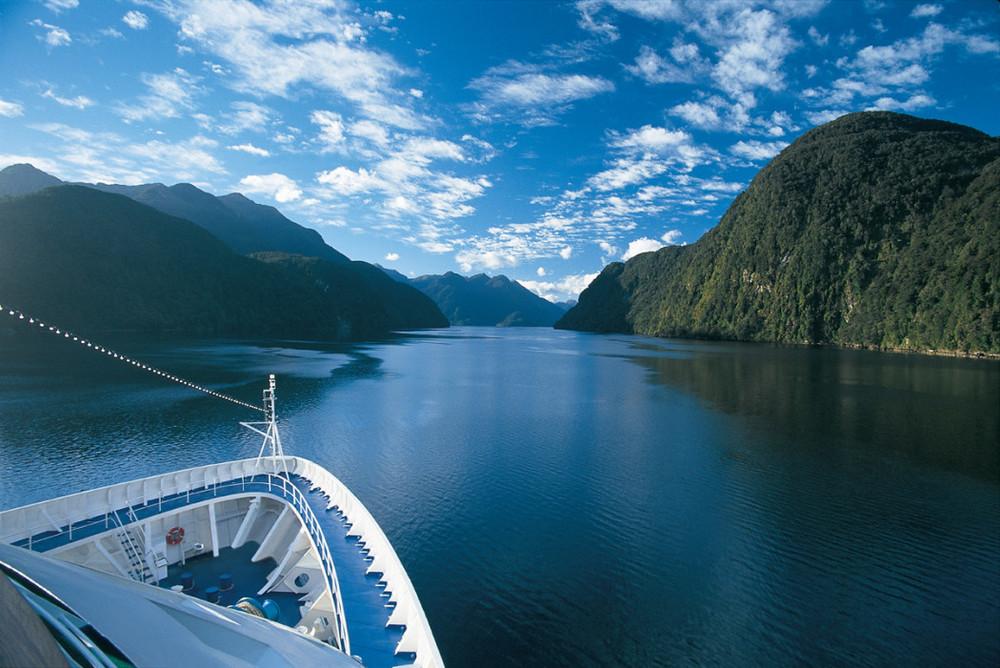 silversea-ship-sailing-new-zealand-waterway-1050x701.jpg