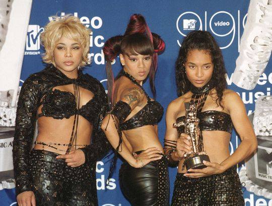 TLC holding a moonman they won at the 1999 VMAs. (Source: Google)