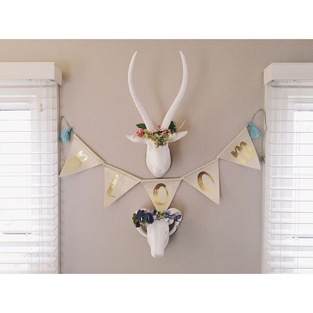 SOoo sick of all these rainy gloomy days! I decided to brighten up my living room, dreaming of spring 💐🌷 😉 . . . #365daysofmondays #vsco #thatsdarling #spring #flowercrowns #bloom #target #hobbylobby #decorating #homedecor #fauxanimalheads