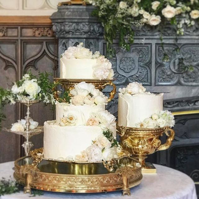 • THE DETAILS • The Royal wedding cake by Claire Park, Violet, London, @violetcakeslondon ~ flowers of the decorative and edible kind starred ✨✨✨ the Duchess' fav flower white Peonies sat atop tiers of Elderflower Swiss meringue buttercream. No fondant. No Royal Icing. Real, fresh, edible cake. Claire uses organic and low-intervention ingredients. #safetodecorate #safetosniff #flowersbringlifeandlove #consortiumbotanicus
