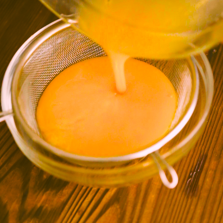 1.ボウルに卵を割りほぐし、砂糖、塩を加え、ザルでこす。 ザルでこすことで、卵液がなめらかになります。