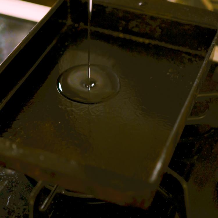 2.卵焼き機をよく熱し、全体に油をひく。