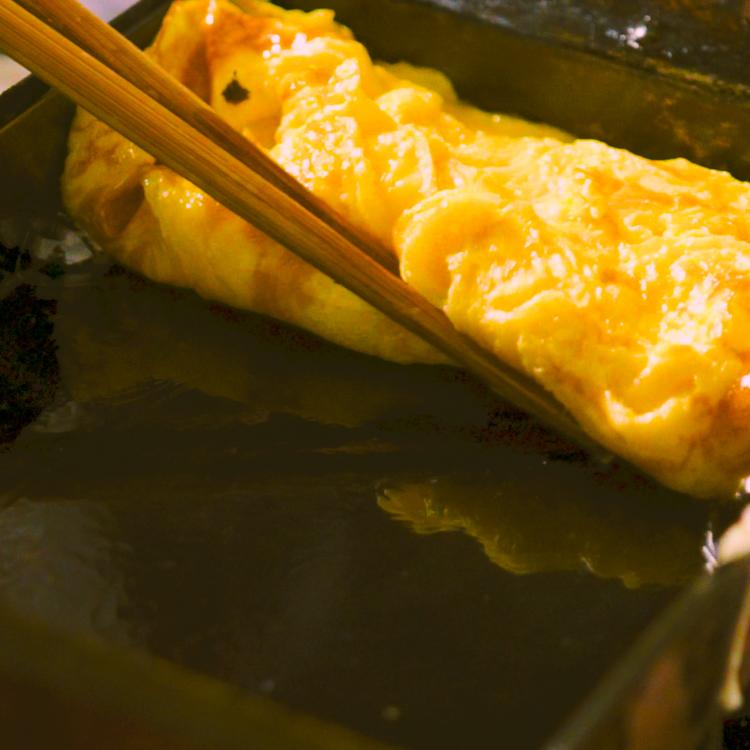 3. 卵液の1/4を入れ、泡がでてきたら菜箸でよくつぶす。半熟になったら奥から手前に折りたたむ。