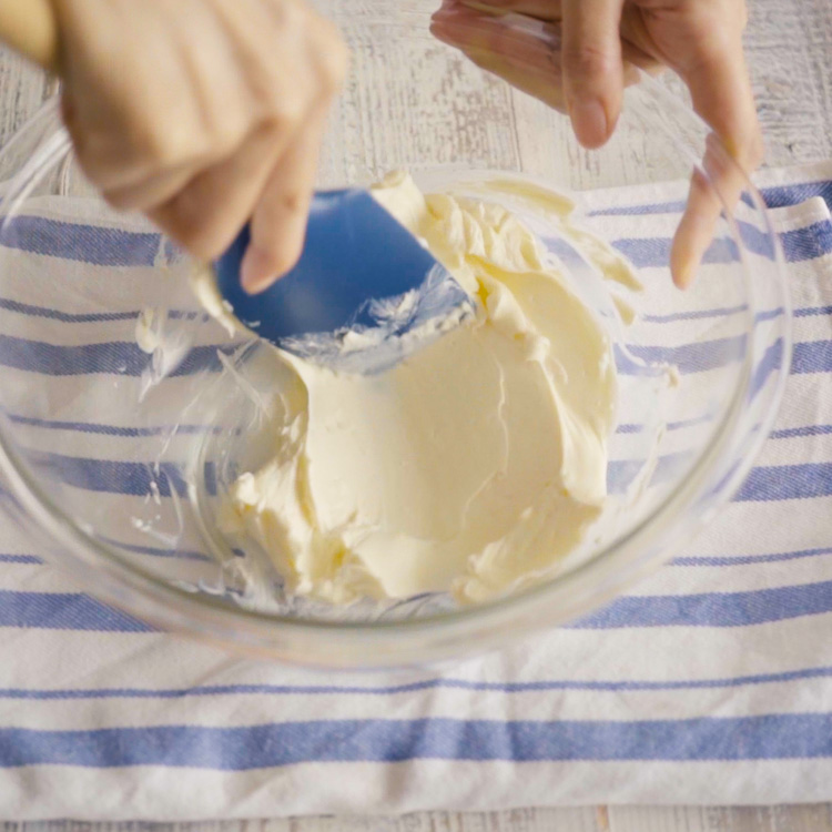2. 1,ボウルにクリームチーズを入れてゴムベラでなめらかになるまでよく練ります。