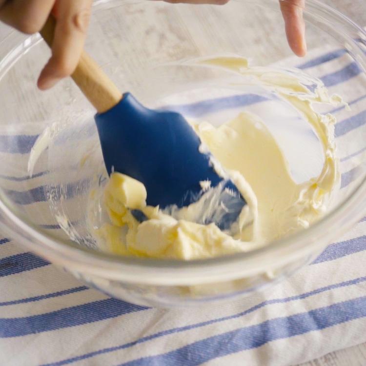 3. 2にバターを加えてさらによく混ぜます。