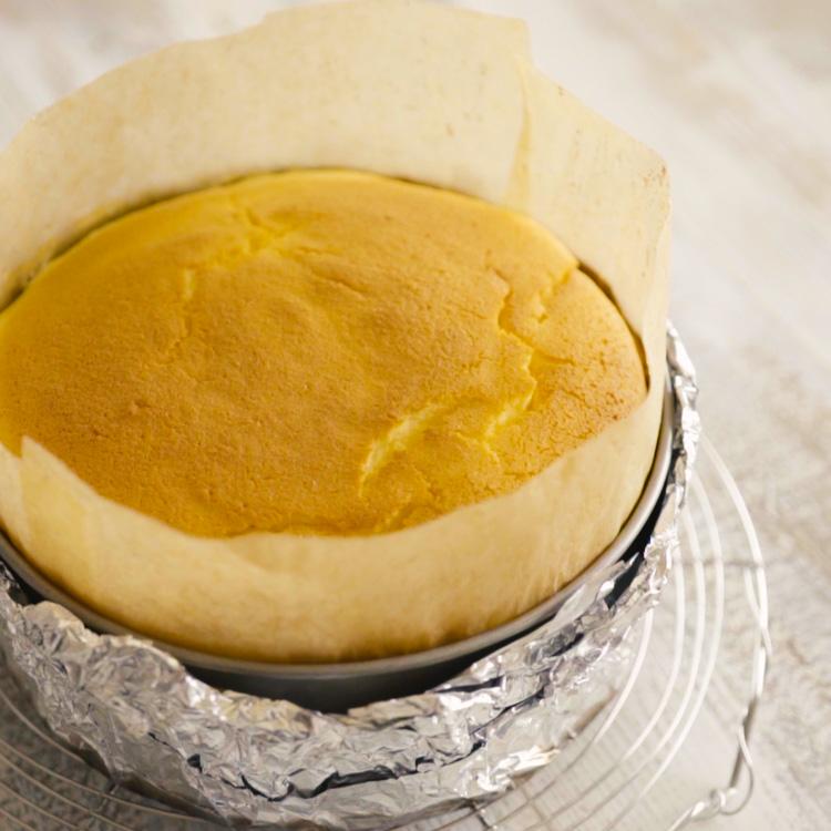 10.  ケーキクーラーにのせてあら熱を取り、型に入れたまま冷蔵庫で3時間以上冷やす。型より小さい高さのあるもの(缶詰、瓶など)にのせて型の周囲をしっかり手で持って押し下げる。底板の間にナイフやフライ返しを入れてはずす。  *ケーキはできれば冷蔵庫で1晩じっくり冷やすと、味が馴染んでよりおいしくなります。