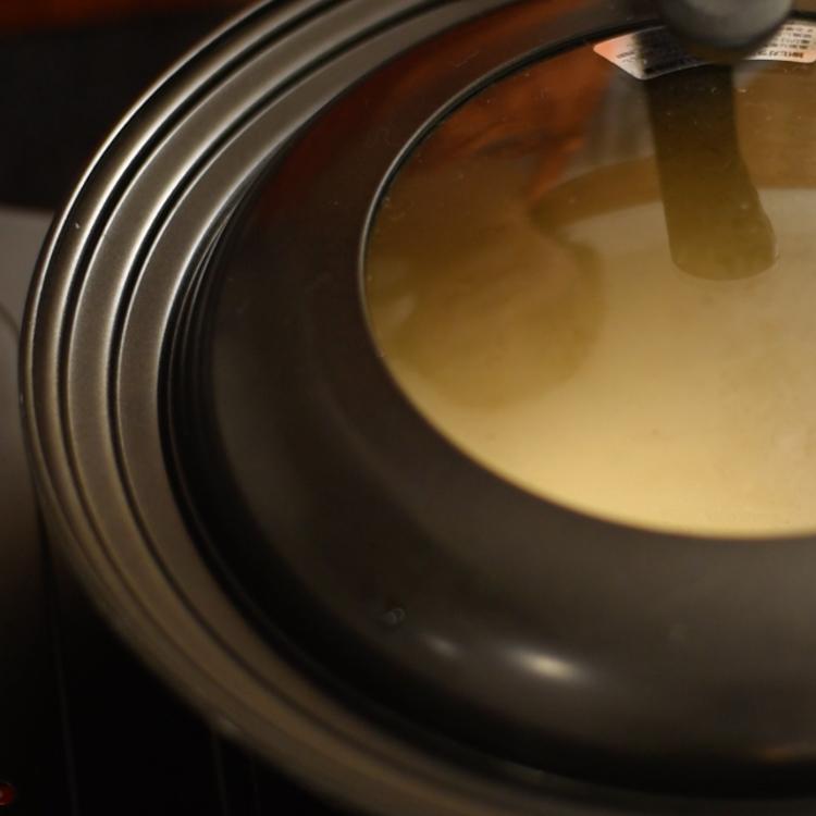 3.  フライパンにサラダ油を入れてよく馴染ませ、充分に熱する。濡れた布巾の上で一旦冷まし、2の生地を全量入れてごく弱火にかけ、蓋をして15分程度焼く。
