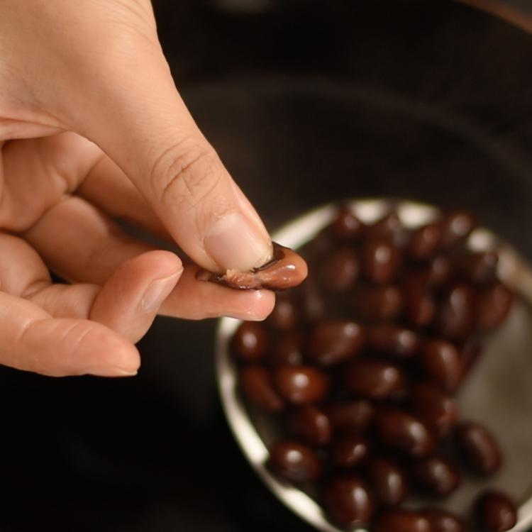 6. 豆を一粒取り出し、親指と小指で簡単に潰せる位に柔らかくなったら、できあがり。