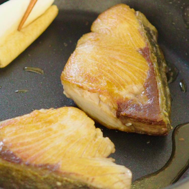 2. フライパンにサラダ油を入れて中火で温め、鰤を入れて焼き色をつける。脂が出るので、ペーパー等でふき取る。