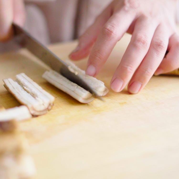 1. ごぼうを麺棒などで叩き、繊維を壊す。4cm幅に切り、必要があれば更に食べやすい大きさに切り、酢水につけておく。  ※繊維を壊すことで、味が染み込みやすくなる。酢水につけることで、黒ずむのを防ぐ。