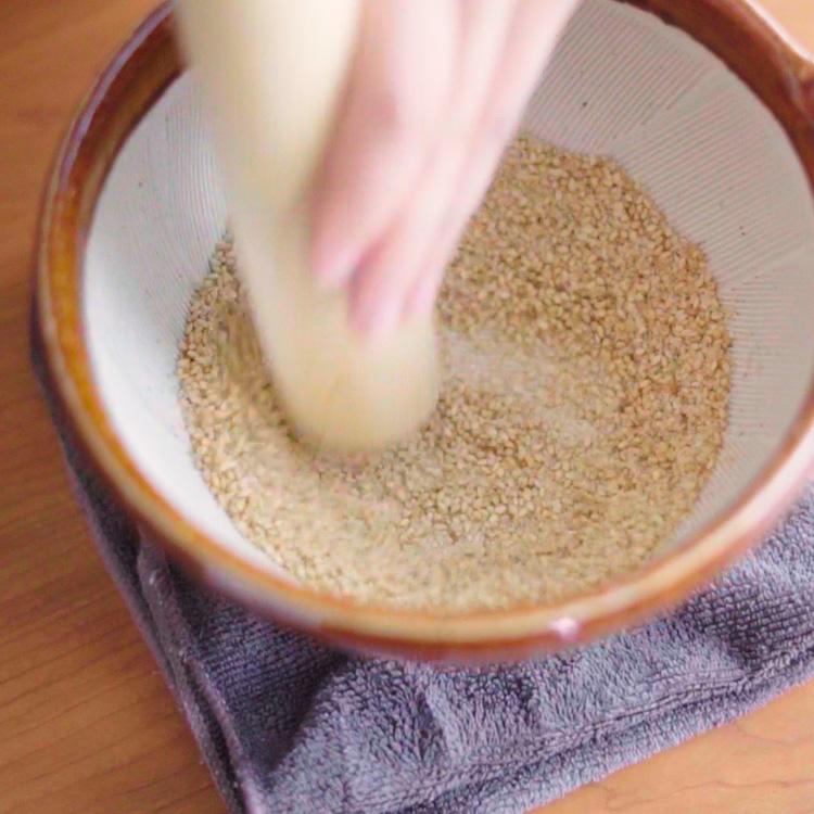 4. 白ごまを香ばしくなるまで炒り、すり鉢でする。