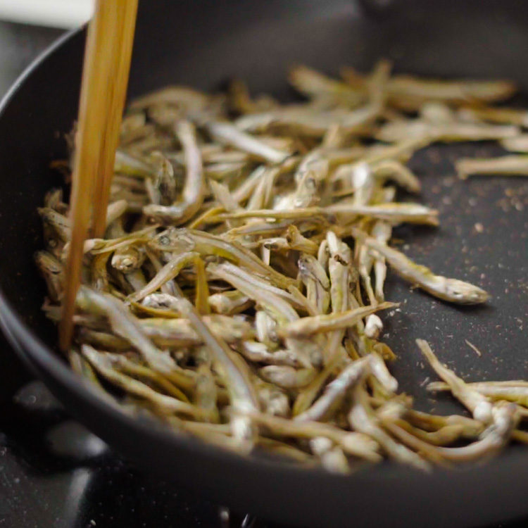 1. ごまめをフライパンに入れ、パリッとするまで乾煎りしてバット等に取る。
