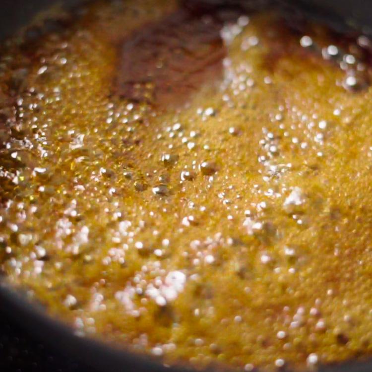 2. フライパンにAを入れ、とろみがつくまで中火で煮詰める。