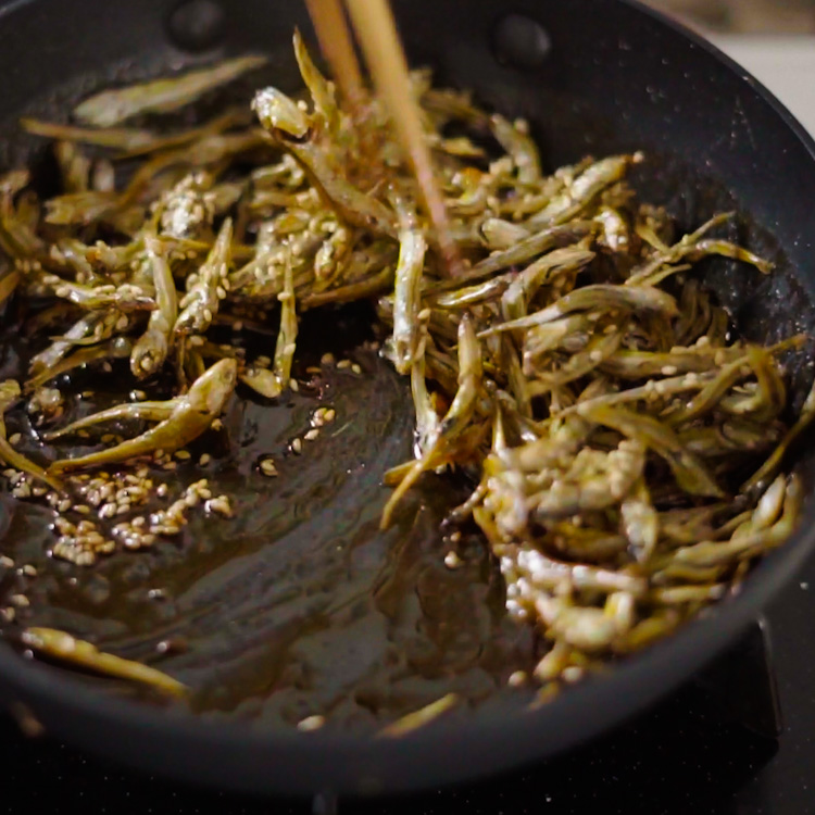 3. 2に1を入れて混ぜる。火を消し、炒った白ごまを入れて混ぜる。