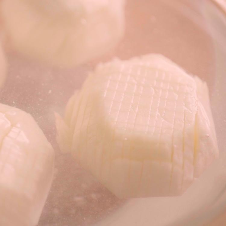 2. 水に塩を入れ、1を30分つけておく。