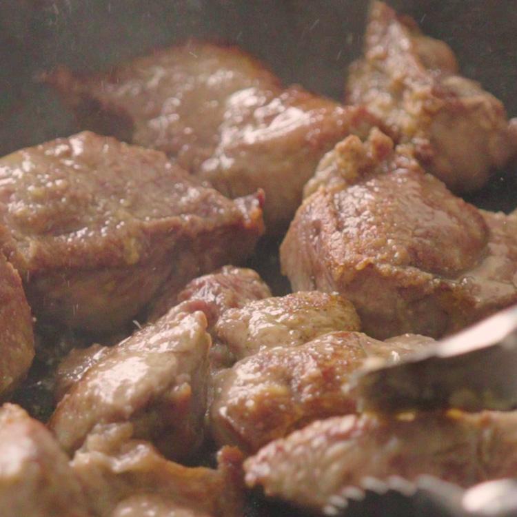 3. フライパンを中火にかけてオリーブオイル、1の牛肉を入れて焼き色をつける。
