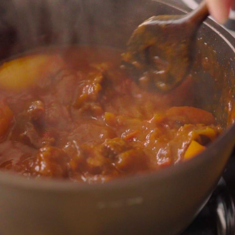 7. 牛肉が柔らかくなったら塩、黒コショウで味を調える。