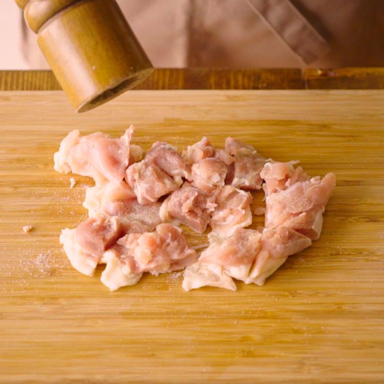 1. 鶏もも肉を食べやすい大きさに切り塩、黒コショウをふっておく。玉ねぎはスライスしておく。