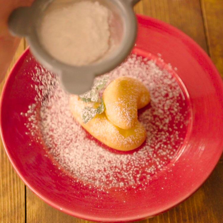 5. 粉糖をかけて完成。