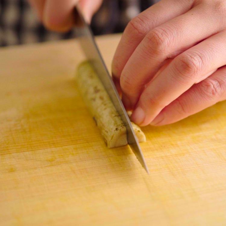 1. ごぼうを肉の幅に合わせた長さに切り、更に細く切る。にんじんは皮をむき、ごぼうと同じサイズになるように切る。