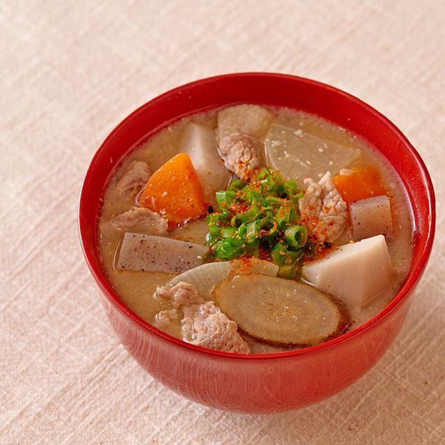 「豚汁」をご紹介🐷  それだけでおかずにもなる具だくさんの汁✨ 野菜は火の通りを均一にして食べやすくするために大きさをそろえましょう👏  recipe & cooking  梶山葉月 (@hazu_kitchen ) 主にテレビやCMなど広告関係の料理製作・器のスタイリング・企業向けレシピ提案・ケータリングなど「食」のトータルコーディネートを手掛ける。 日本テレビ系「秘密のケンミンショー」担当フードコーディネーター  詳しいレシピは、iPhone、iPadアプリにて、限定公開中!  無料でみれますので、アプリをDLしてください^^ App Storeにて、「レシピブック」で検索!  #豚汁 #delicious #foodie #instafood #yummy #food #手料理グラム #料理大好き #料理楽しい #美味しい料理 #美味しいもの大好き #料理上手 #料理日記 #和食ごはん #いただきます🙏 #ごちそう #家ご飯 #ごちそうさまでした🙏 #food🍴 #お料理 #美味しかった😋 #美味しそう #家庭料理 #foodgram #フード #美味しく頂きました #おもてなし料理 #料理好き #今日のごはん #おもてなし