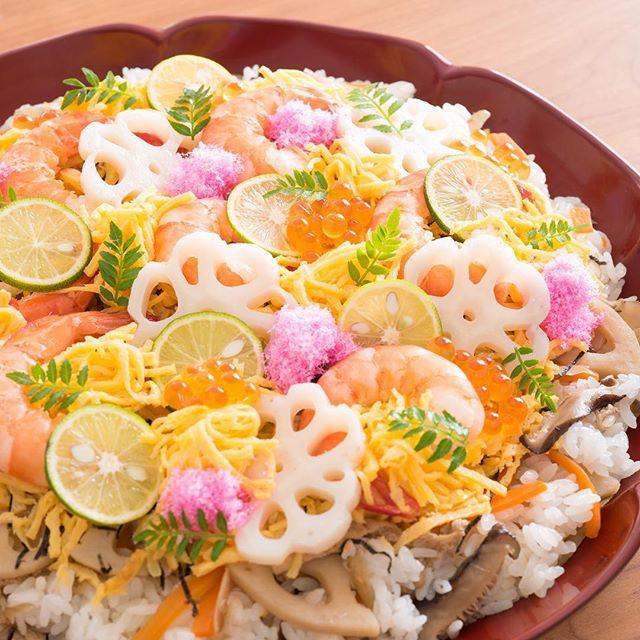 「ちらし寿司」のご紹介です👏  具材をたくさん入れて、食卓を豪華に。  recipe & cooking  梶山葉月 (@hazu_kitchen ) 主にテレビやCMなど広告関係の料理製作・器のスタイリング・企業向けレシピ提案・ケータリングなど「食」のトータルコーディネートを手掛ける。 日本テレビ系「秘密のケンミンショー」担当フードコーディネーター  YouTubeにて、レシピ動画を公開中!  #ちらし寿司 #delicious #foodie #instafood #yummy #food #手料理グラム #料理大好き #料理楽しい #美味しい料理 #美味しいもの大好き #料理上手 #料理日記 #和食ごはん #いただきます🙏 #ごちそう #家ご飯 #ごちそうさまでした🙏 #food🍴 #お料理 #美味しかった😋 #美味しそう #家庭料理 #foodgram #フード #美味しく頂きました #おもてなし料理 #料理好き #今日のごはん #おもてなし
