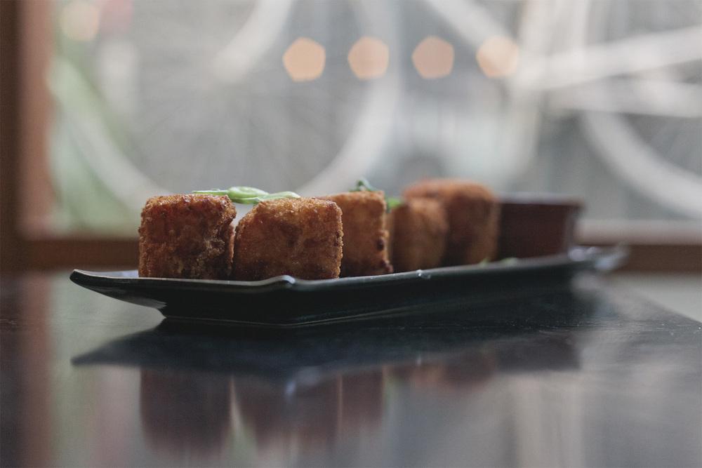 Crumbed cheesy macaroni bites + cheese fondue