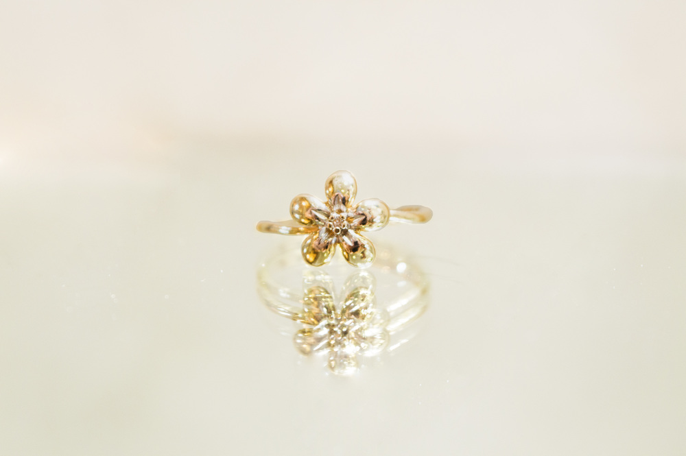 £95 ~ 9ct Gold Flower Ring