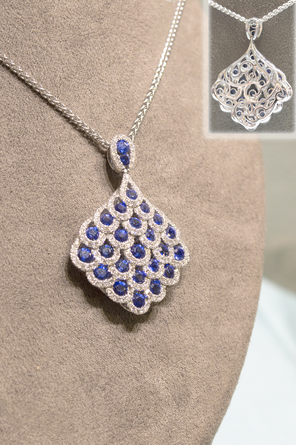£5439 - Beautiful Diamond & Sapphire Pendant