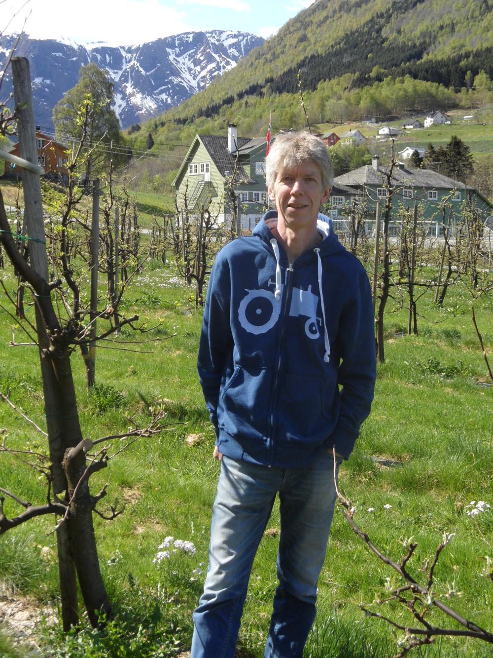 Stein jobbar på Fresvik Produkt når han ikkje er fruktbonde.