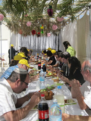 sukkah-lunch.JPG
