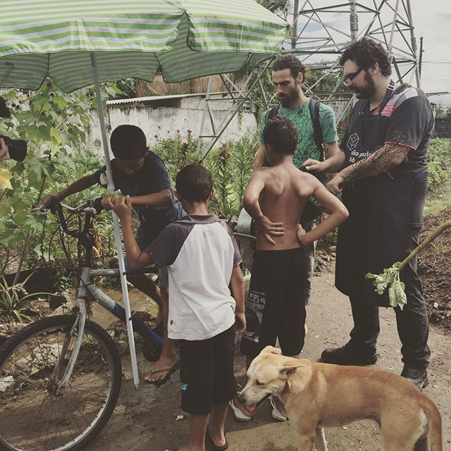 Funcionou tão bem que as crianças conseguiram operá-la como uma brincadeira e até os cachorros do bairro vieram conferir! :-) #hackathondahorta #designcolaborativo #labxsantista #procomum #brazilfoundation #brasilpossivel