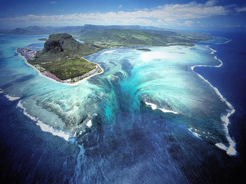 underwater-waterfall-trench-le-morne-mauritius-1