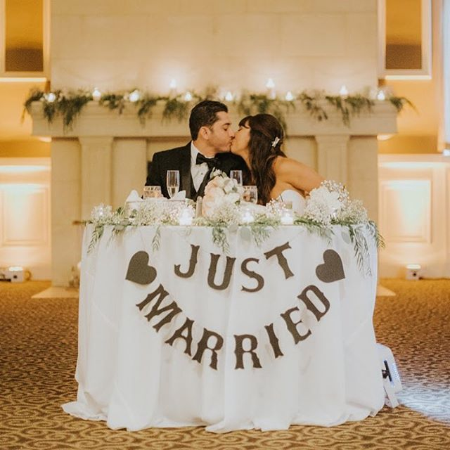 Talk about sweetheart table goals! Simple, elegant, and picture perfect!