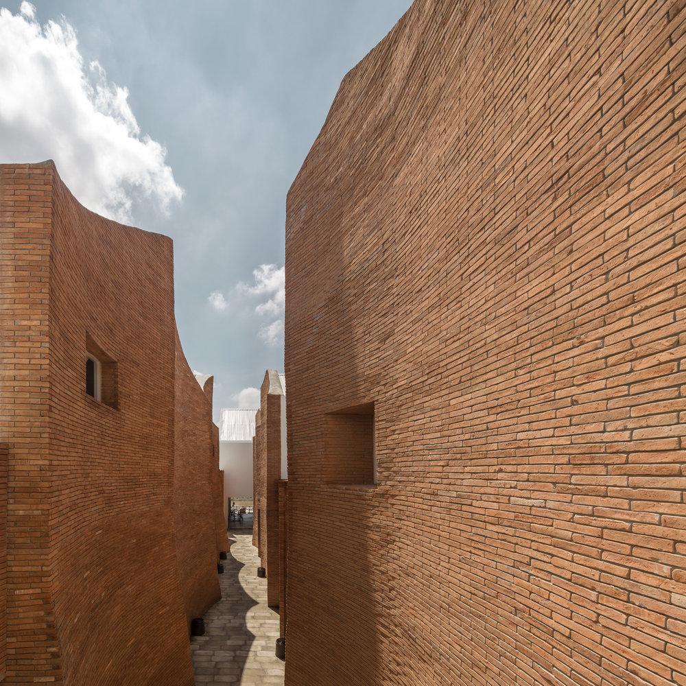 Scalloped wall design at the exterior courtyard of Sala Ayutthaya