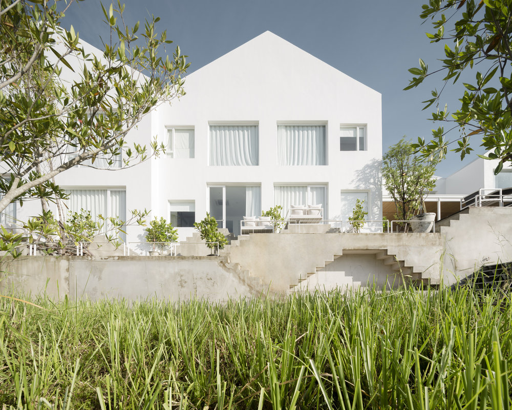White gable house design in Sala Ayutthaya and the step decks design.