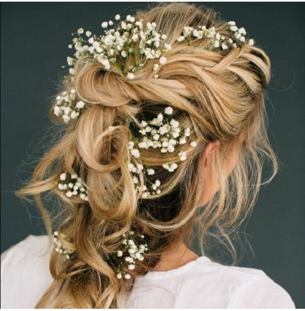 A scattering of baby's breath from  @wedding_inspration_