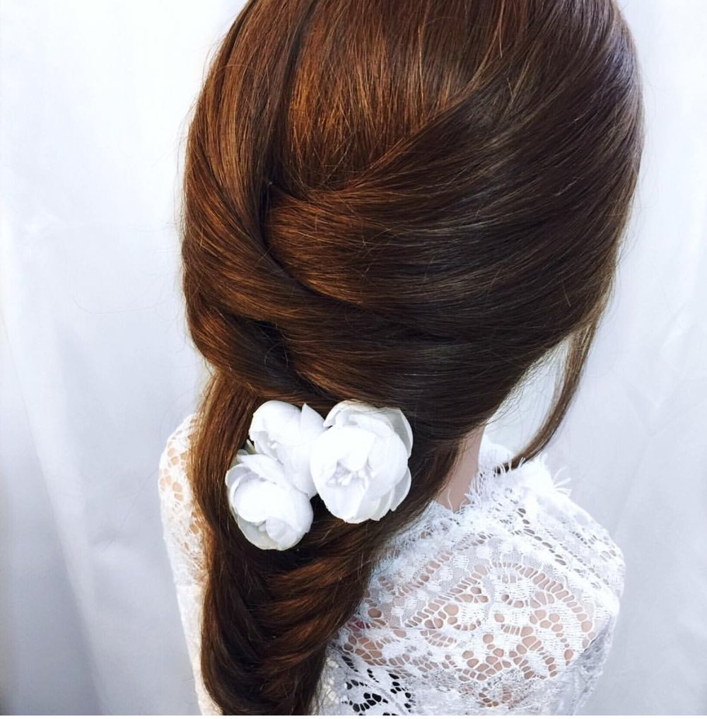 This look is gorgeous and the silk flowers are a great addition from  @jessikadse