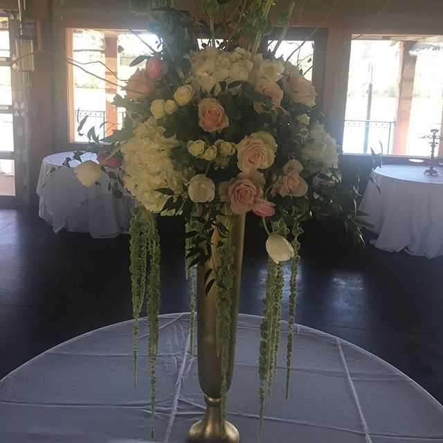 The sun is shining bright today for Bethany + Josh's sweet springtime wedding! ❤️ 💐 ☀️ Added bonus: teaming up with the talents and sweetness of @kristylee.events  #alabamabride #alabamaweddings #softpink #romantic #springwedding #eventprofs #floraldesign #tuscaloosa #tuscaloosaflorist