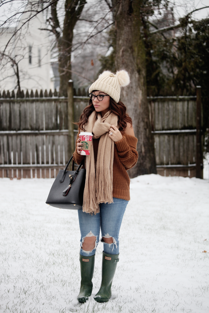 See how to style neutral pieces with denim and green Hunter boots from fashion, lifestyle, and beauty blogger Little Tree Vintage.