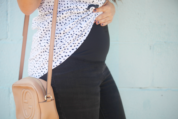 See how to style maternity jeans for Fall with fashion, lifestyle, and beauty blogger Little Tree Vintage.
