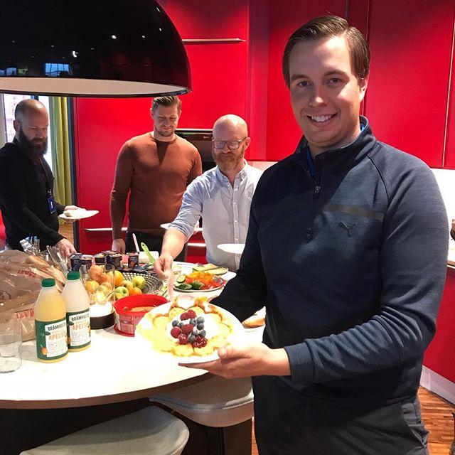 Vi har grymma leverantörer, som @cobragolfnordic. Kommer de inte hit för att visa upp en ny driver så bjussar de på nygräddade frukostvåfflor. Och jo, det ÄR vår champ Johan Kammerstad, precis hemkommen från Australiensegern, som ni ser i bakgrunden. 💪🔝 #dormygolf #lifeatdormy