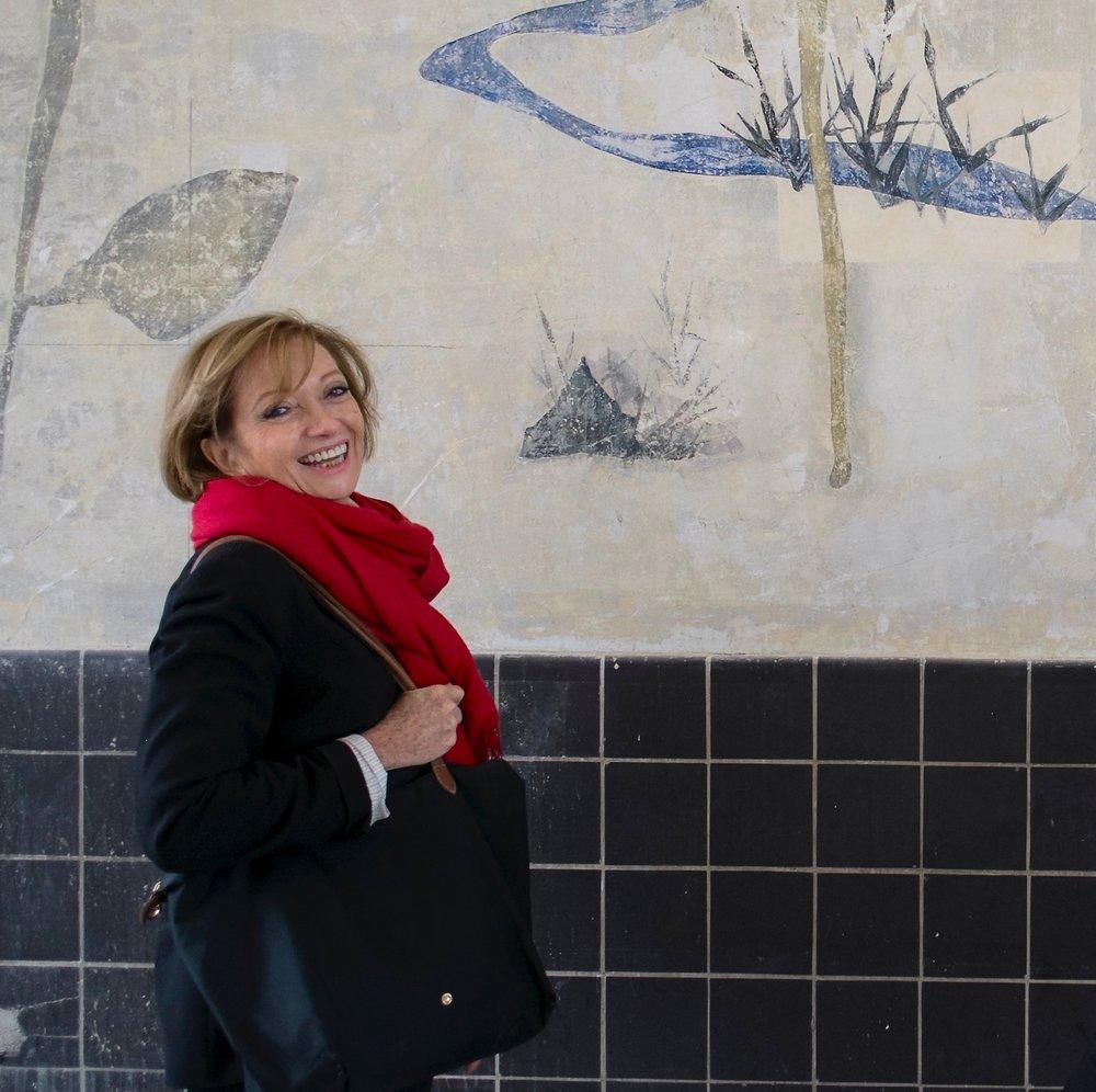 Ch. Schmuckle-Mollard lors de la restauration, devant une des fresques de Jean Lurçat redécouvertes lors de travaux/photo Priska Schmückle von Minckwitz, 2013
