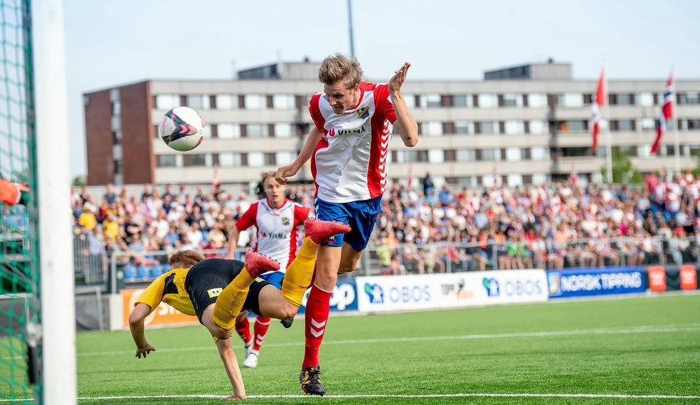 Jonas-Aleksander Bakken header inn 1-0 til Lyn (foto: Lars Opstad)