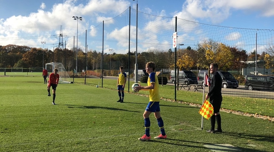 Mikkel har fått prøve seg i en treningskamp mellom U16- og U18-lagene til Southampton. Foto: Privat