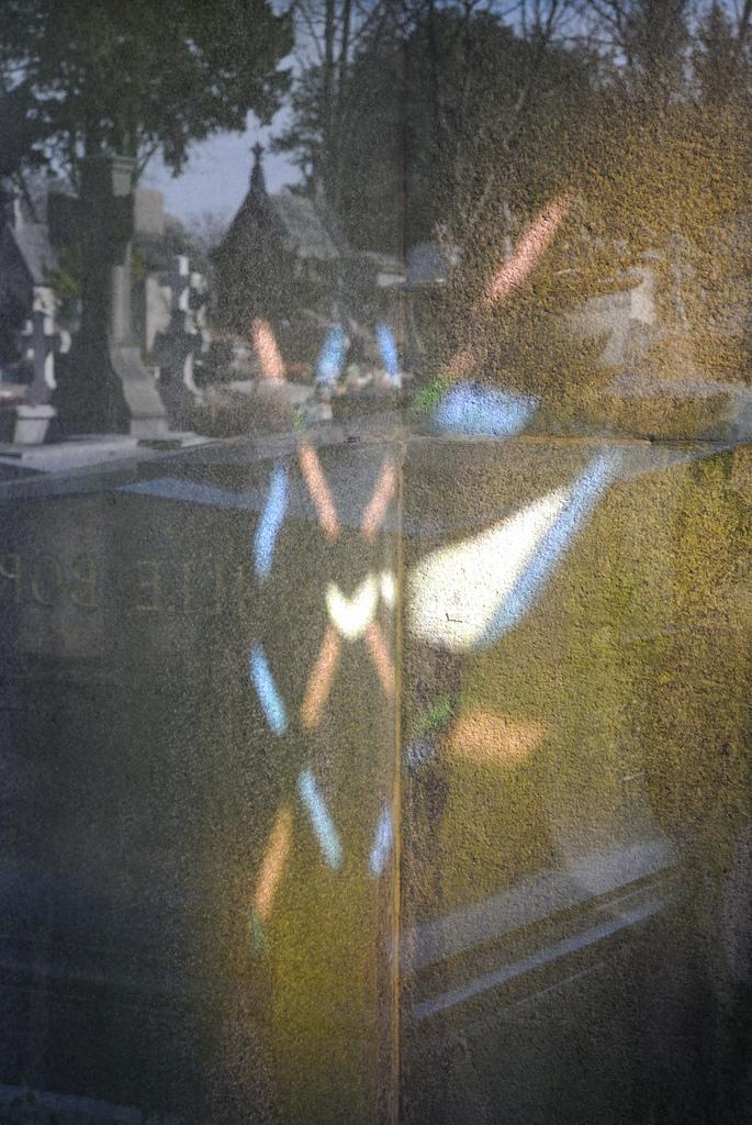 Reflet de vitrail au Père Lachaise