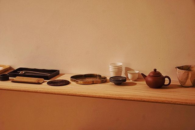 Having tea and snacks in 7s Labo, our new space. A lifestyle gallery & store sharing traditional and contemporary Chinese living aesthetics.#lifestyle #7slabo #labo #teahouse #guqin #nyc #lowereastside #oldintonew #whiteoak #artspace #meditation #livemusic