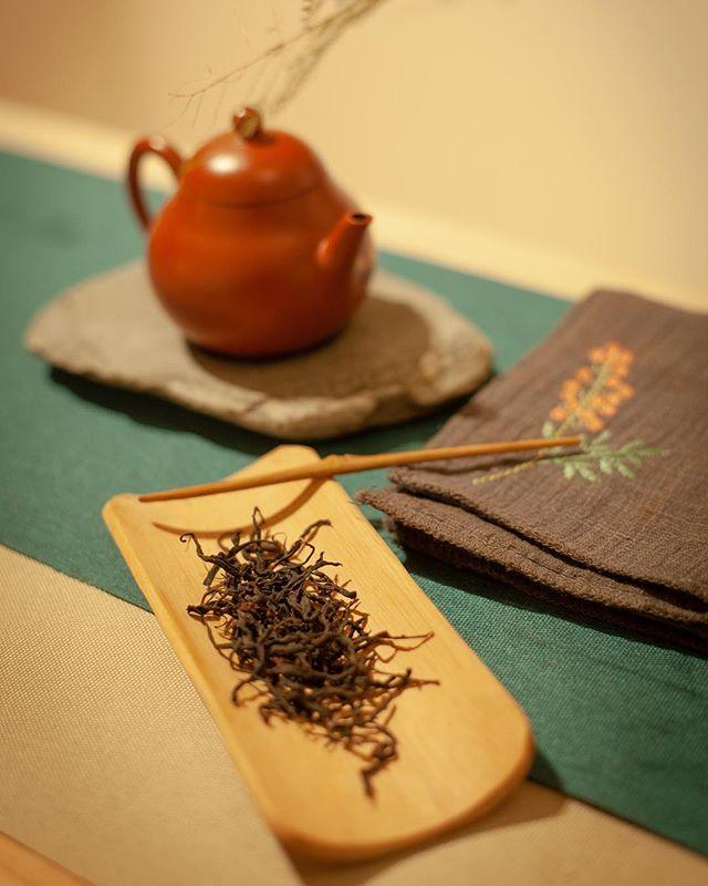 Tea tasting ceremony with super rare Yunnan sun dried black tea. Dec 15, 3 spots left. Link in bio. . . . . . 📸@assisterah
